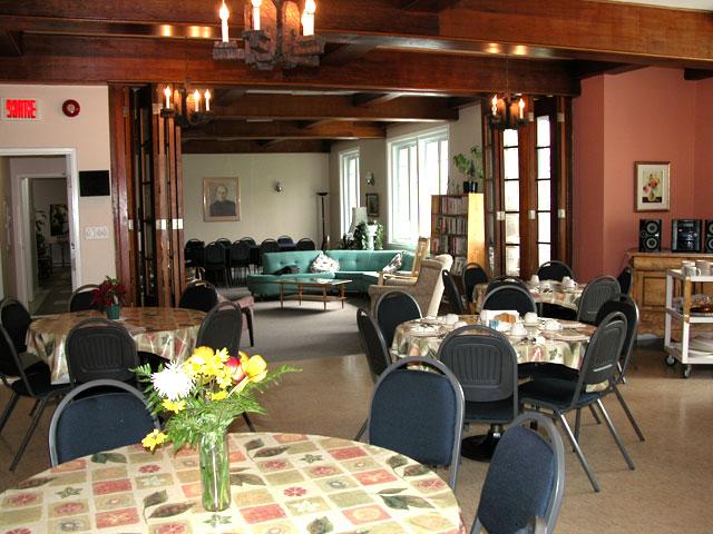 Salle commune de diner à la maison du renouveau